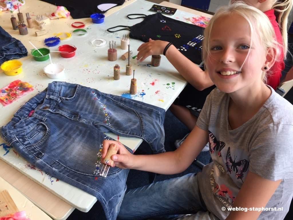 Kinderen bedrukken voorwerpen met Staphorster Stipwerk